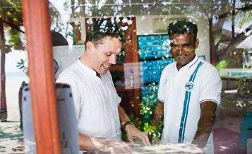 Turismen har gjort att Maldiverna gått från att vara ett utvecklingsland till ett land med medelhög inkomst. Befolkningen har i hög grad mobiltelefoner och är flitiga användare av sociala medier, inte minst för att öriket är så utspritt. Majoriteten av männen arbetar på turistöar, eller som fiskare, och är sällan hemma. Foto: Linn Bergbrant.