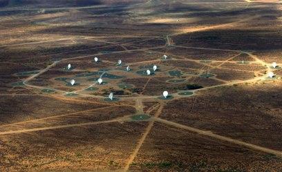… här växer MeerKAT-teleskopet fram, parabol för parabol. Foto: MeerKAT.
