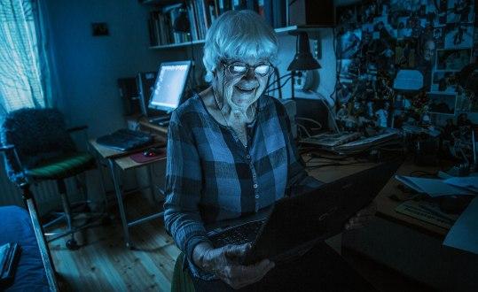 Elsa-Karin Boestad-Nilsson hemma i arbetsrummet på Lidingö, med datorer som är ofattbart mycket komplexare, men ändå enklare att styra än dem som hon hanterade på 1950-talet – och som fyllde ett helt rum. Foto: Joel Nilsson.