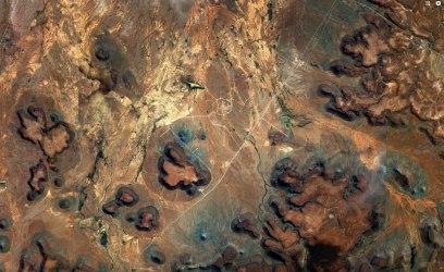 I den sydafrikanska Karoo-öknen syns ett märkligt mönster av vägar mitt i ödsligheten … Foto: Google Maps.
