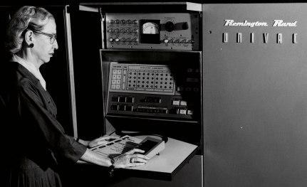 Grace Hopper, matematikprofessor och legendarisk programmerare, vid Univac, världens första kommersiella dator. Foto: Computer History Museum.