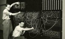 Harvard Mark I byggdes under andra världskriget och programmerades genom att koppla om sladdar. Konstruktören Howard Aiken och programmeraren Grace Hopper bildade ett team som var en modern motsvarighet till Ada Lovelace och Charles Babbage hundra år tidigare. Foto: Computer History Museum.