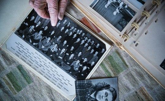 Klassfoto från en kurs i servoteknik 1949. Elsa-Karin Boestad-Nilsson pekar på den enda kvinnan i gruppen – hon själv. Foto: Joel Nilsson.