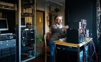 Tobia Carozzi i den lilla datorhallen på Onsala rymdobservatorium. Snart flyttar maskinerna till ett stort beräkningscentrum. Foto: David Magnusson.