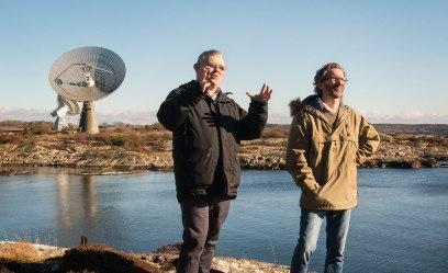 """""""The sky is the limit"""" John Conway och Tobia Carozzi arbetar på Onsala Rymdobservatorium. Deras instrument ingår i nätverk av teleskop som spänner över hela världen. Foto: David Magnusson."""