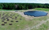 De lådformade LOFAR-antennerna breder ut sig över ett fält vid Onsala. Detta är bara en av alla stationer i det nätverk som bildar ett teleskop fördelat över fem länder. Foto: David Magnusson.