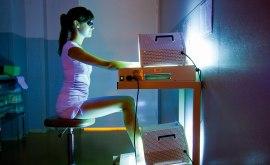 Ultraviolett ljus är en vanlig behandlingsmetod vid psoriasis. Vid så kallad PUVA-behandling kombineras ett läkemedel med UVA-ljus. Bild: Aphp St-Louis-Garo/Phanie/SPL.