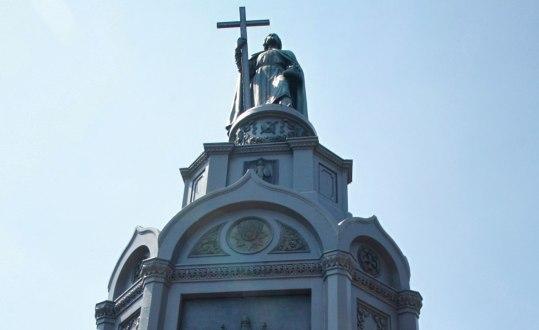 Statyn av Vladimir som står i Ukrainas huvudstad Kiev är ungefär fyra meter hög, och har en 16 meter hög piedestal. Den restes 1853. Foto: Reuters/Valentyn Ogirenko/TT.
