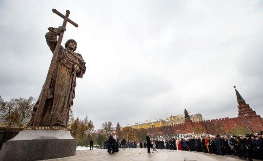 I slutet av 2016 invigdes den ryska versionen av Vladimir-statyn, vid Kreml i Moskva. Den är drygt fyra gånger högre än den staty som står i Kiev, men har en lägre sockel. Foto: AP Photo/Alexander Zemlianichenko/TT.