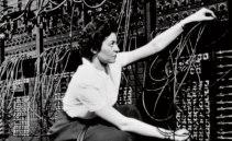 Amerikanska Jean Jenning, programmerar räknemaskinen Eniac år 1946. Foto: SPL/IBL.