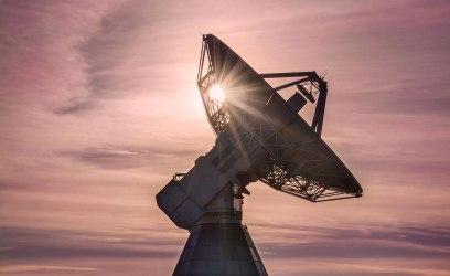 Med ögon känsliga för radiostrålning Radioteleskopen ger astronomerna ett extra sinne. Men att sedan tolka signalerna utmanar dagens datorkapacitet. Foto: David Magnusson.