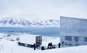 Den sista transporten från flygplatsen till frövalvet sker med lastbil, på vägar som kan bli svårforcerade vid dåligt väder. Bild: Erik Abel.