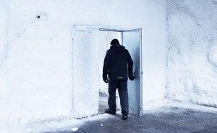 Långt inne i berget, djupt nere i permafrosten, finns dörren som leder in till själva domedagsrummet. Här är temperaturen minus 18 grader Celsius. Bild: Erik Abel.