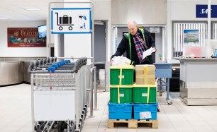 """Länderna väljer själva hur de vill skicka sina fröer till Svalbard. De flesta har köpt plastlådor, men en del har byggt lådor av trä eller använt pappkartonger. """"En del genbanker skickar hit provlådor. De ska inte stå i valvet i en evighet, bara kanske i 20 år. Sedan ska lådorna plockas ut och grobarheten testas"""", säger Åsmund Asdal. Bild: Erik Abel."""