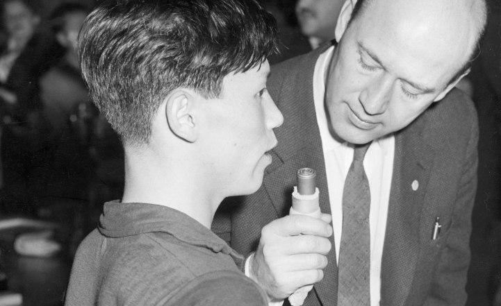 Bytte sida Lennart Hyland (th) höll fast vid niandet längre än vissa kolleger, men övergick så småningom till du. Här talar han med den japanska bordtennisspelaren Toshiaki Tanaka. Bild TT.