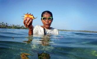 Kvinnorna ur Vattenfolket dyker ofta för att samla ätbara snäckor och sjögurkor från botten. Bild: Erik Abrahamsson.
