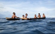 Barnen i byn Topa lär sig tidigt att dyka och hantera stockbåten. Bild: Erika Schagatay.