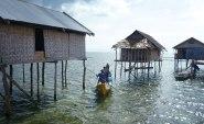Vattenfolkets traditionella hus i byn Sampela. Byn ligger en halv kilometer från land. Bild: Erika Schagatay.