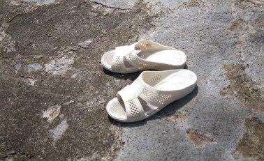 När Ama-kvinnorna är på jobbet syns bara skorna på stranden. Bild: Erika Schagatay.