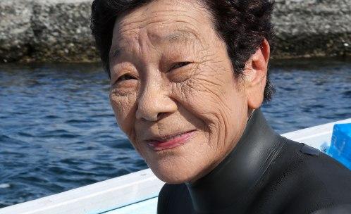Reiko-san är 79 år och arbetar som dykare på Heguraön. Flera av hennes kolleger är över 80 år gamla, den älsta 97 år. Dykförmågan börjar avta först efter 75 års ålder. Bild: Erika Schagatay.