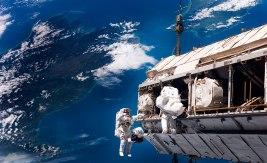 Byggnadsarbete på hög höjd Den internationella rymdstationen ISS har varit bemannad sedan år 2000. Bilden är tagen 2006, då Christer Fuglesang (t.h.) och astronautkollegan Robert L. Curbeam arbetade med en utbyggnad av stationen. Bild: NASA.