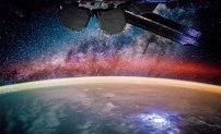 Jorden om natten, betraktad från rymdstationen ISS. Den ljusa fläcken nere till höger är ett blixtoväder. Bilden är monterad med ett annat foto som visar stjärnhimlen i bakgrunden. Bild: NASA.